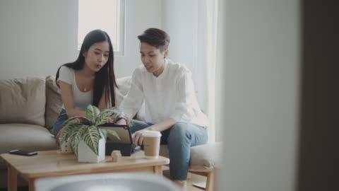 stockvideo's en b-roll-footage met lgbtq: zakenvrouw in gesprek met een vrouwelijke klant thuis. - genderblend
