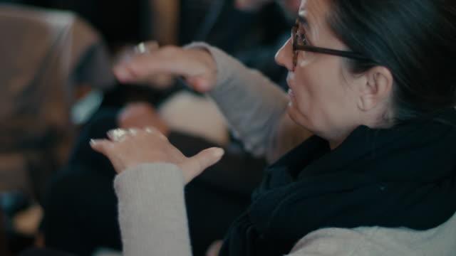 vidéos et rushes de businesswoman talking - discours
