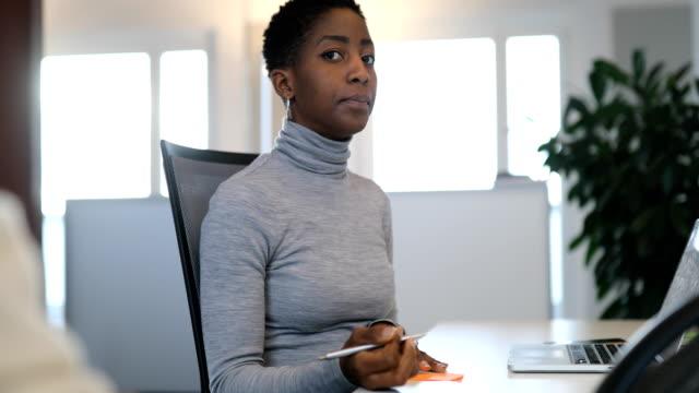 geschäftsfrau, die reden während des schreibens auf zettel - 30 34 jahre stock-videos und b-roll-filmmaterial