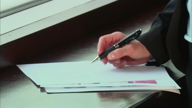 vídeos y material grabado en eventos de stock de cu zi businesswoman tapping her pen and writing notes on paper / rye brook, new york, usa - instrumento de escribir con tinta