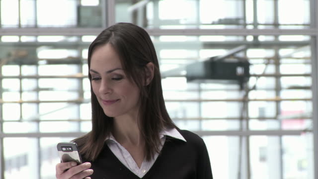 cu pan businesswoman text messaging in office building, copenhagen, denmark - einzelne frau über 30 stock-videos und b-roll-filmmaterial