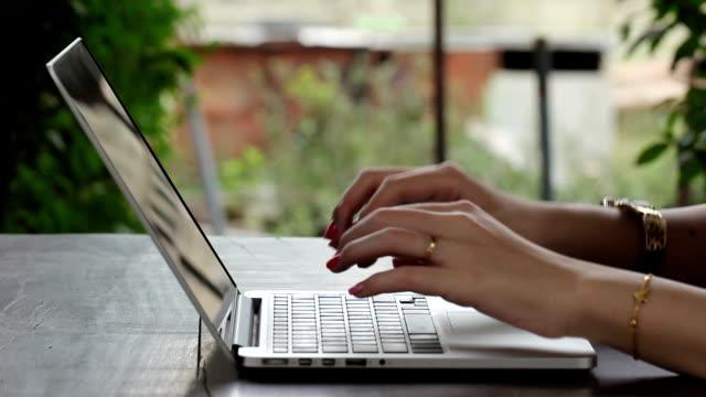 donna d'affari di tastiera per fare relazione al cliente - direttrice video stock e b–roll