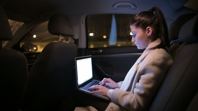 仕事一色タイプには、ノートパソコンで、車両の後部。 - デスクトップ型パソコン点の映像素材/bロール