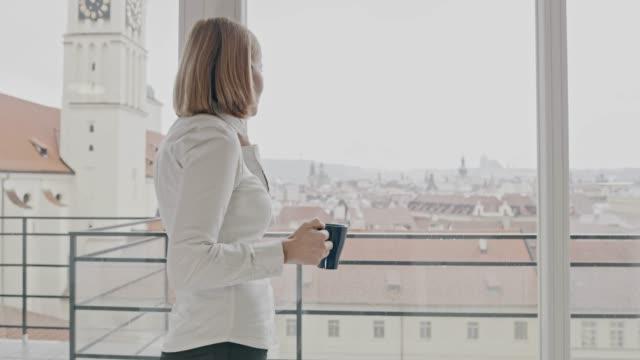 ws-geschäftsfrau, die während des gesprächs am telefon zu hause ausziehen - frau entkleiden stock-videos und b-roll-filmmaterial