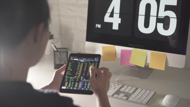 affärskvinna använda tablett för näringsidkare - idka handel bildbanksvideor och videomaterial från bakom kulisserna