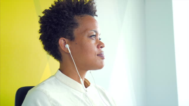 businesswoman using a pair of headphones. - mp3 player stock videos & royalty-free footage