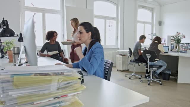 Geschäftsfrau, die mit computer am Schreibtisch in Büro