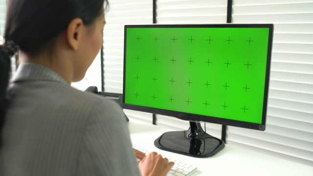 vidéos et rushes de femme d'affaires à l'aide de l'écran ordinateur vert - tenue d'affaires formelle