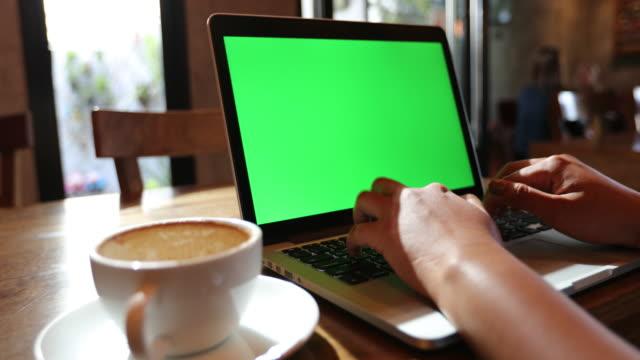 affärskvinna som använder dator laptop på kaffe kafé, grön skärm - bekväm bildbanksvideor och videomaterial från bakom kulisserna
