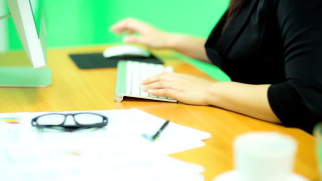 Geschäftsfrau mit computer