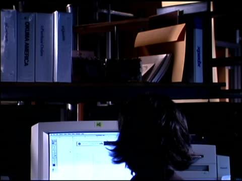 businesswoman using computer - einzelne frau über 30 stock-videos und b-roll-filmmaterial