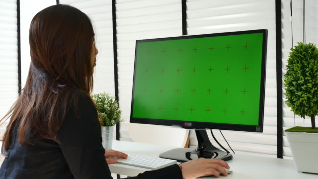 geschäftsfrau mit computer mit greenscreen, chroma-key - projection screen stock-videos und b-roll-filmmaterial