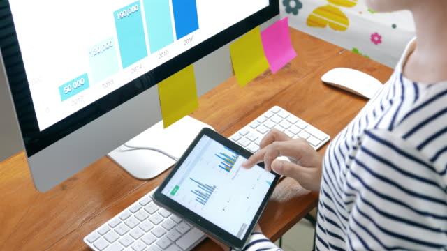 vídeos y material grabado en eventos de stock de empresaria con tableta digital para negocio - hoja de cálculo