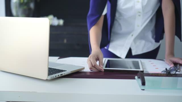 stockvideo's en b-roll-footage met zakenvrouw die digitale tablet gebruikt in haar kantoor - document