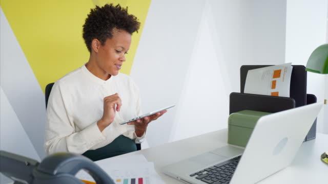 Geschäftsfrau mit digital-Tablette in Office.