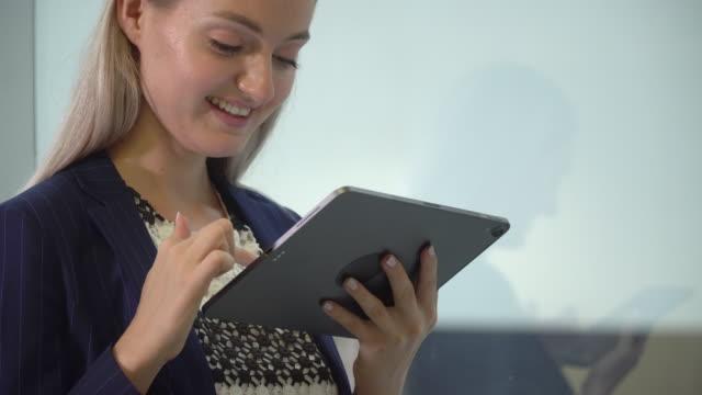 vídeos de stock e filmes b-roll de businesswoman using digital tablet - trabalhadora de colarinho branco