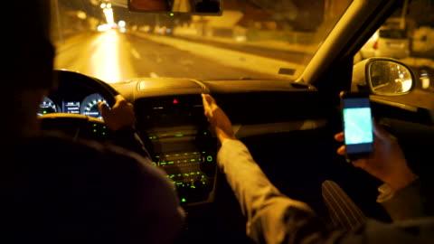 女商人使用 gps 在她的手機上導航汽車司機 - 方向 個影片檔及 b 捲影像
