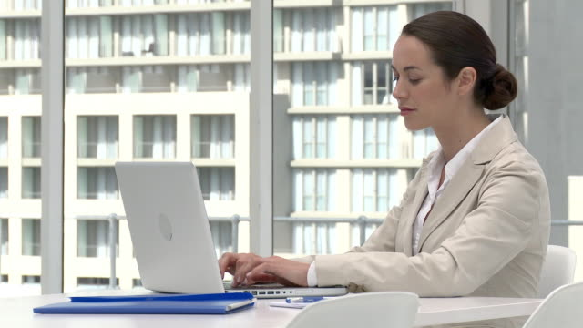 businesswoman using laptop in office - einzelne frau über 30 stock-videos und b-roll-filmmaterial