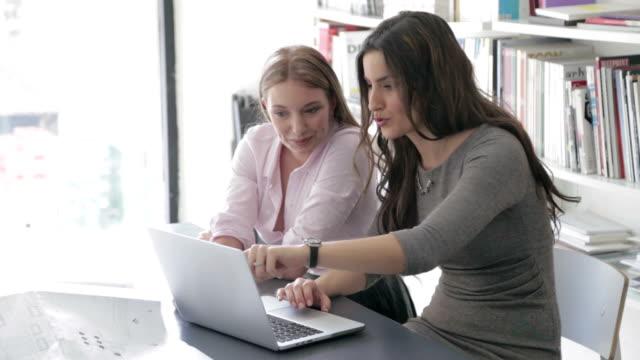vídeos y material grabado en eventos de stock de mujer de negocios usando computadora portátil - arquitecta