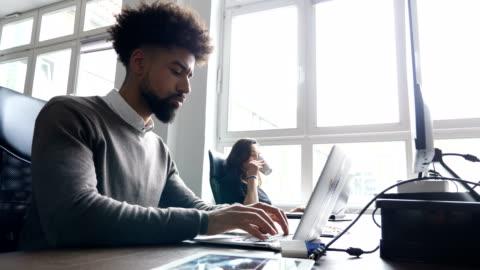 vídeos y material grabado en eventos de stock de mujer de negocios con ordenador portátil de colega en el escritorio - escritorio