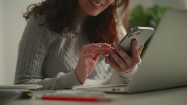 vídeos de stock, filmes e b-roll de empresária usando celular - portable information device