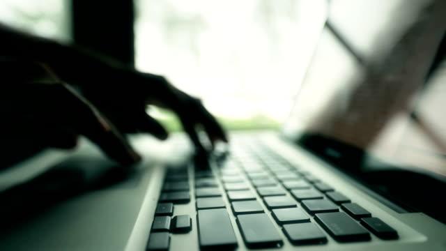 vidéos et rushes de femme d'affaires à l'aide sur un ordinateur portable, slow motion - lenteur