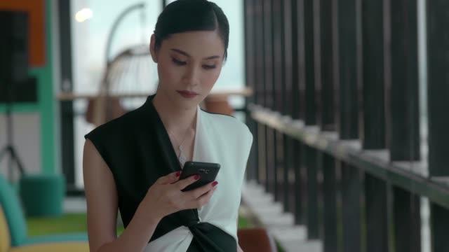 vídeos de stock, filmes e b-roll de mulher de negócios que usa o telefone - riqueza