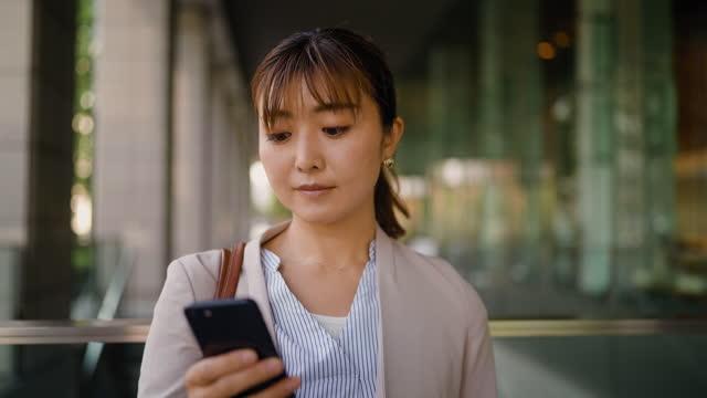 geschäftsfrau mit smartphone in der stadt - einzelne frau über 30 stock-videos und b-roll-filmmaterial