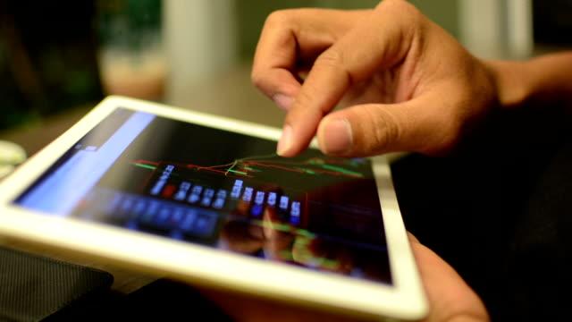 Geschäftsfrau mit Tablet-Analyse