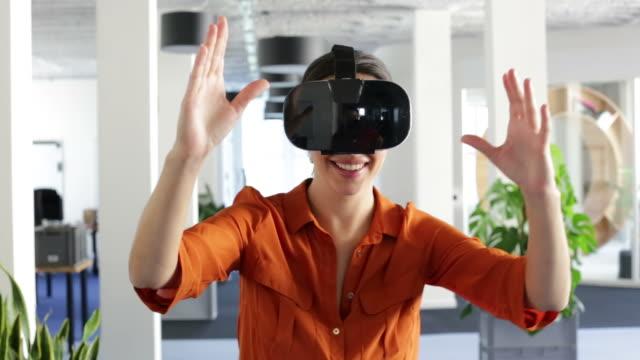 Geschäftsfrau mit virtual-Reality-Brille