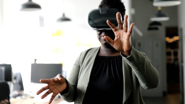 vídeos de stock, filmes e b-roll de mulher de negócios usando óculos de realidade virtual - realidade virtual