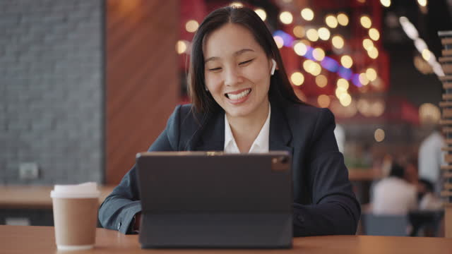 businesswoman video call meeting on digital tablet - dolly shot stock videos & royalty-free footage