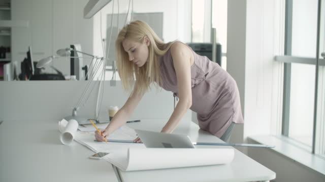 vidéos et rushes de femme d'affaires  - cheveux blonds