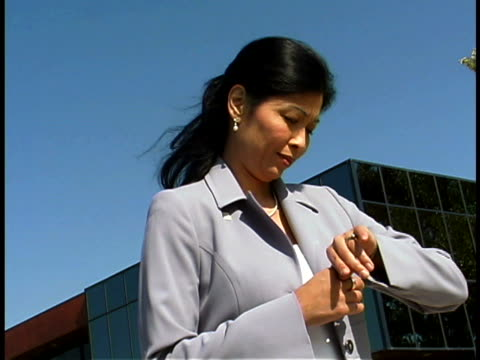 vidéos et rushes de businesswoman waiting - seulement des jeunes femmes