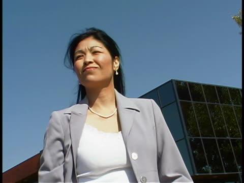 vídeos de stock e filmes b-roll de businesswoman waiting - trabalhadora de colarinho branco