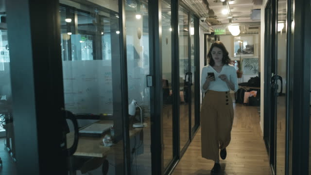現代のオフィスビジネススペースを歩くビジネスウーマン。 - casual clothing点の映像素材/bロール