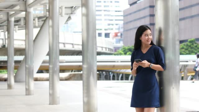 vídeos de stock, filmes e b-roll de empresária andando na área financeira - vestuário de trabalho formal