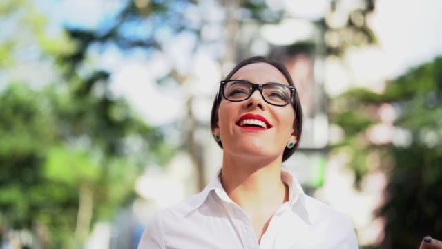 vidéos et rushes de femme d'affaires marchant dans les rues de la ville - lunettes de vue