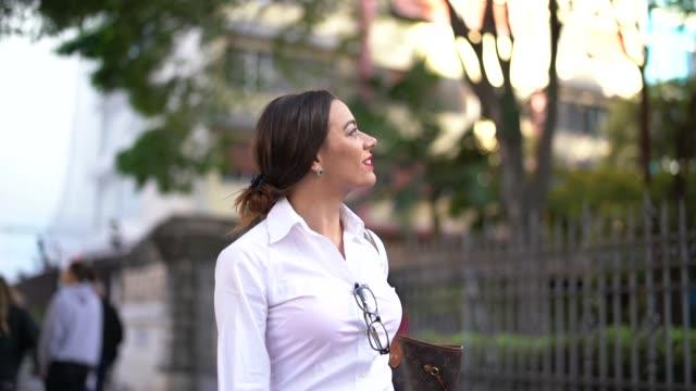 vídeos y material grabado en eventos de stock de caminando en las calles de ciudad empresaria - adulto de mediana edad