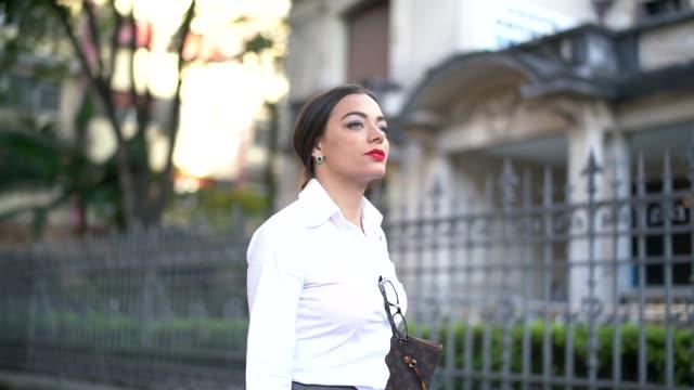 Empresária andando nas ruas da cidade