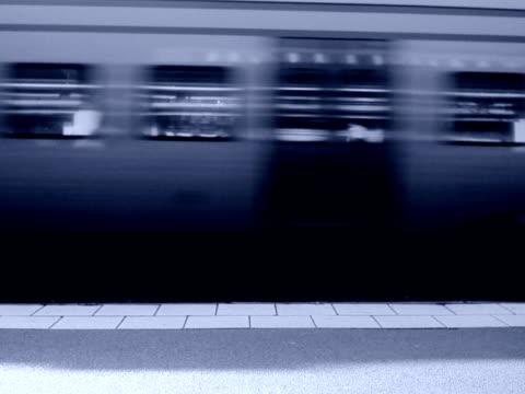 vídeos de stock e filmes b-roll de businesswoman walking on a platform sweden. - trabalhadora de colarinho branco