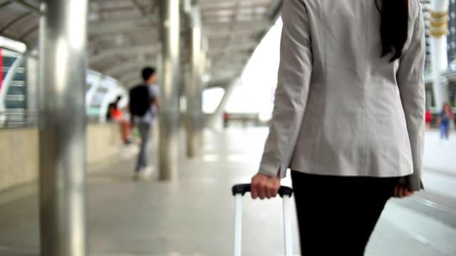 Zakenvrouw wandelen met koffer en tas