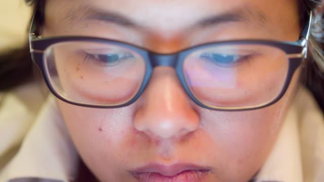 vídeos de stock e filmes b-roll de mulher de negócios ver informações de computador - óculos de leitura