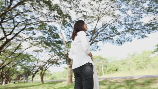 geschäftsfrau trägt einen anzug, slow-motion - ganzkörperansicht stock-videos und b-roll-filmmaterial