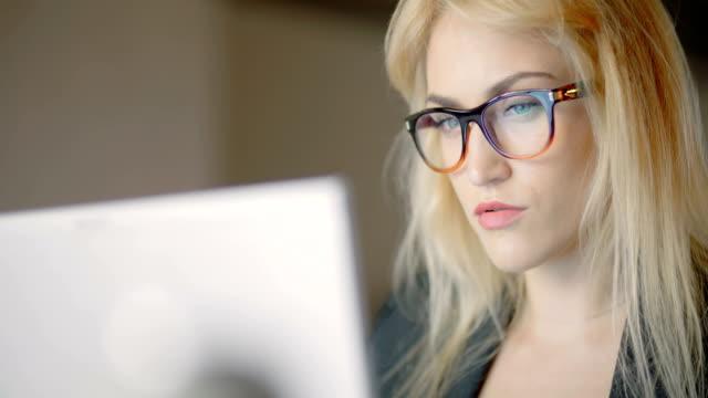 実業家のオフィスでラップトップを使用している間眼鏡を着用