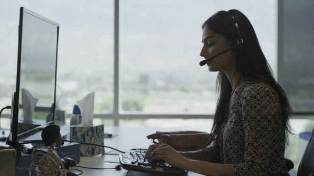 vídeos y material grabado en eventos de stock de businesswoman wearing headset talking in call center / pleasant grove, utah, united states - call center latino