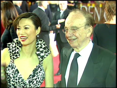 businesswoman & wife wendi deng & news corporation chairman & ceo rupert murdoch standing on crowded red carpet at beverly hilton hotel talking to... - beverly hilton hotel bildbanksvideor och videomaterial från bakom kulisserna