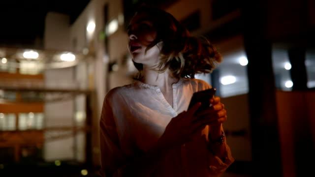タクシーを待っている携帯電話の実業家 - 恐れ点の映像素材/bロール