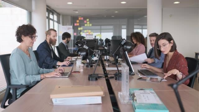 vídeos de stock e filmes b-roll de businesswoman working and using technology at the office. - área sem divisões