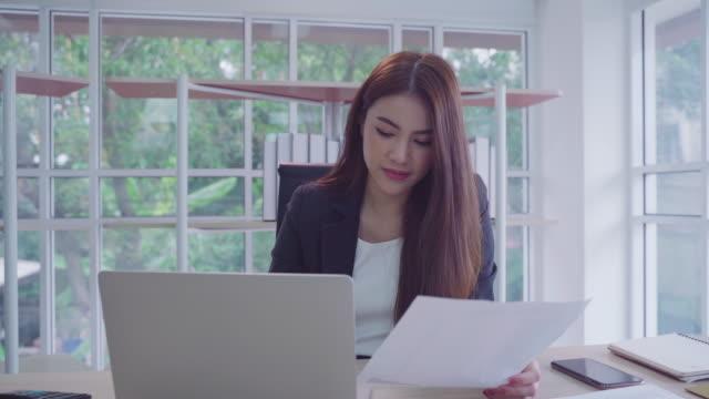 vídeos y material grabado en eventos de stock de businesswoman trabajando en la cafetería, de cerca la mano de la mujer escribiendo datos de señalización poner en la computadora, hacha, contabilidad, estadísticas y investigación analítica y concepto de red social - hoja de cálculo